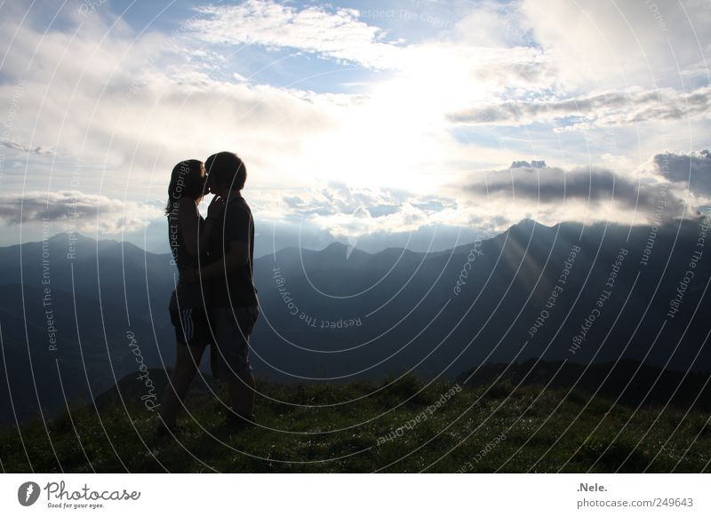 ein lichtblick. Mensch Himmel Natur Jugendliche Wolken Erwachsene Ferne Liebe Landschaft Gefühle Glück Paar Wetter Zusammensein leuchten 18-30 Jahre