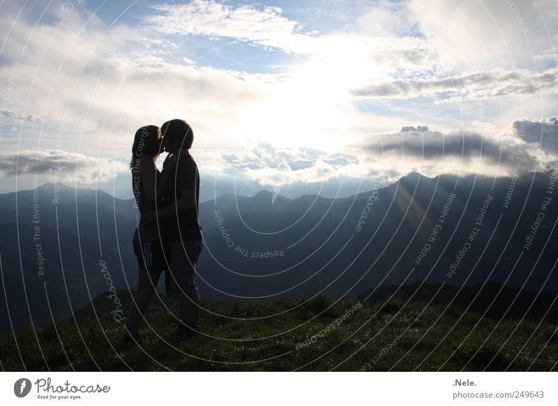 ein lichtblick. Mensch Junge Frau Jugendliche Junger Mann Paar Partner 2 18-30 Jahre Erwachsene Natur Landschaft Himmel Wolken Sonnenlicht Wetter berühren