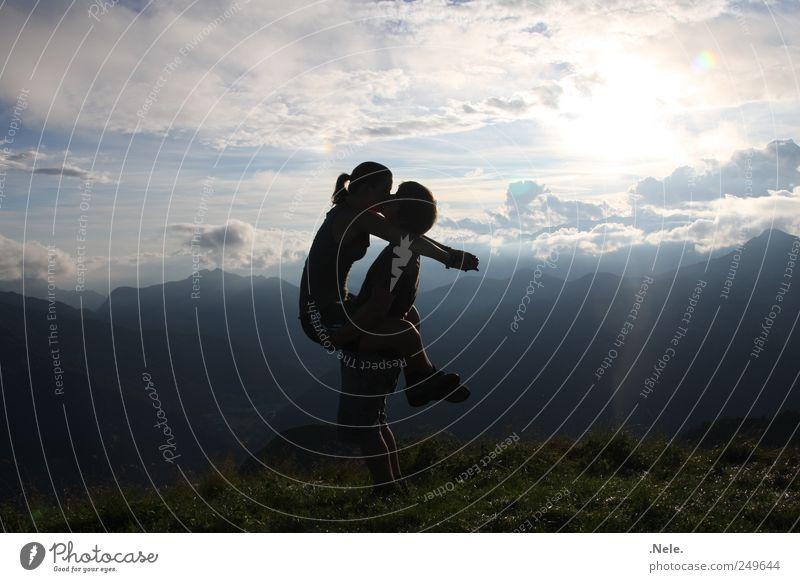 einmal festhalten. Mensch Himmel Natur Jugendliche Wolken Erwachsene Liebe Leben Landschaft Berge u. Gebirge Glück Paar Zusammensein maskulin 18-30 Jahre festhalten