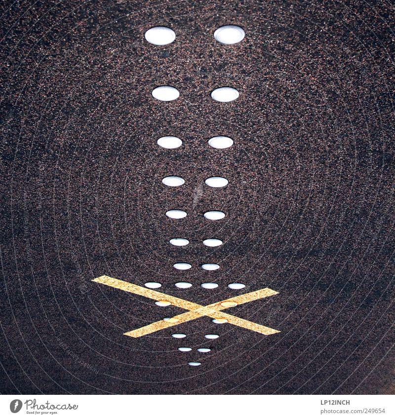 ..I.. Hafencity Hafenstadt Straße Verkehrszeichen Verkehrsschild gelb schwarz Pfeil Kreuz Asphalt unten Bodenbelag Richtung richtungweisend Verbote Farbfoto