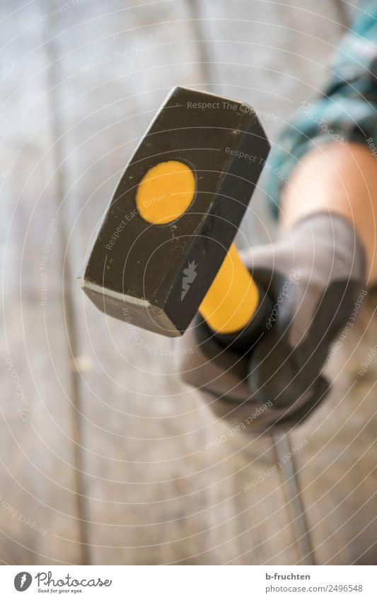 Hammer Hausbau Renovieren Tisch Handwerker Baustelle Frau Erwachsene festhalten Aggression bedrohlich schlagen Werkzeug selbstbewußt Farbfoto Innenaufnahme