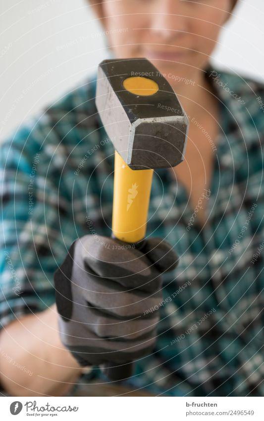 Frau mit Hammer Hausbau Renovieren Handwerker Baustelle Erwachsene festhalten Erfolg Werkzeug selbstbewußt selbstgemacht Handarbeit schlagen Kraft Farbfoto