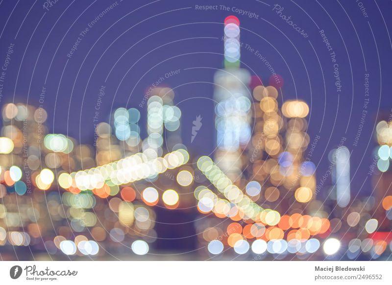 Verschwommenes Bild der Skyline von New York City bei Nacht. Ferien & Urlaub & Reisen Tourismus Sightseeing Städtereise Nachtleben Entertainment Hochhaus Brücke