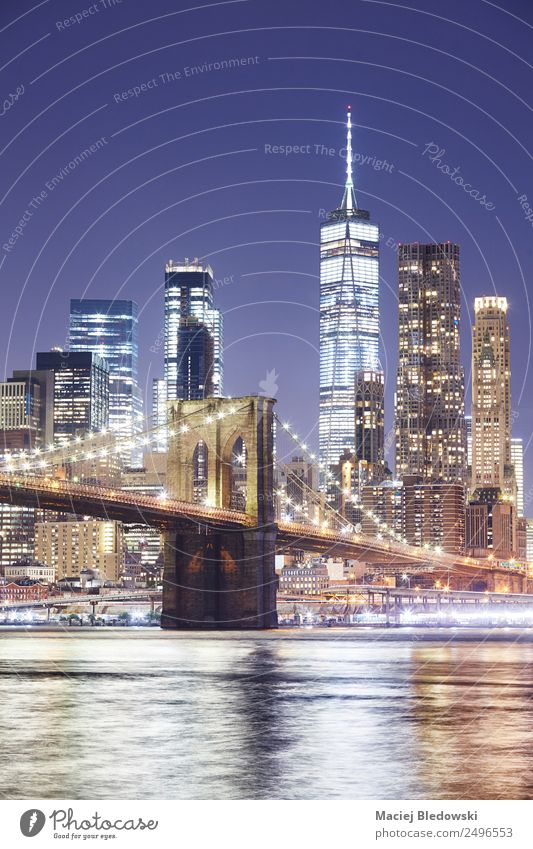 Brooklyn Bridge und Manhattan Skyline bei Nacht. Büro Wolkenloser Himmel Fluss Kleinstadt Stadt bevölkert überbevölkert Hochhaus Bankgebäude Gebäude Architektur