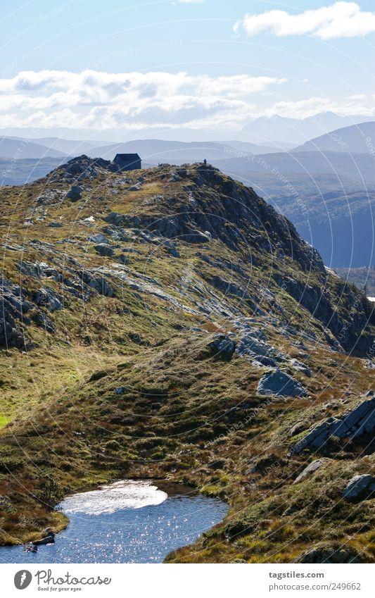 NORWEGEN Norwegen wandern Berge u. Gebirge Gipfel Haus Hütte Berghütte See Gebirgssee Klarheit Wasser Hügel Einsamkeit Idylle ruhig abgelegen Postkarte Farbfoto