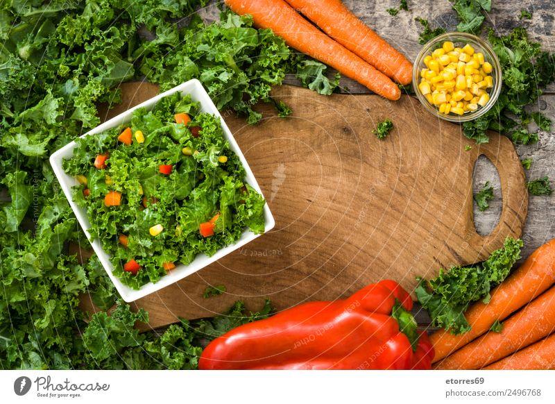 Grünkohl-Salat und Zutaten auf Holz Lebensmittel Gesunde Ernährung Foodfotografie Gemüse Salatbeilage Mittagessen Bioprodukte Vegetarische Ernährung Diät