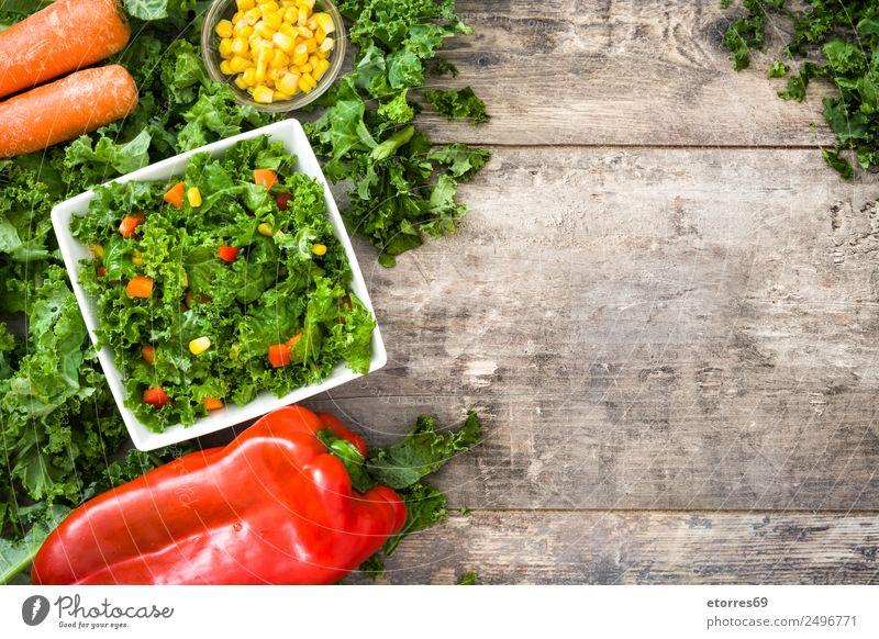 Grünkohl-Salat und Zutaten auf Holz Lebensmittel Gesunde Ernährung Foodfotografie Gemüse Kopfsalat Salatbeilage Mittagessen Bioprodukte Vegetarische Ernährung