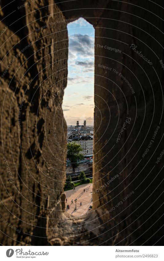 Schmales Fenster in der Steinmauer mit Blick auf das Pariser Stadtbild Ferien & Urlaub & Reisen Tourismus Kultur Landschaft Wolken Gebäude Architektur Fassade