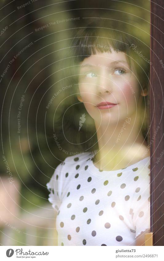 Hoffnungsvoll | Portrait einer jungen Frau am Fenster feminin Mädchen Junge Frau Jugendliche Leben 1 Mensch 13-18 Jahre schwarzhaarig kurzhaarig Perücke Pony