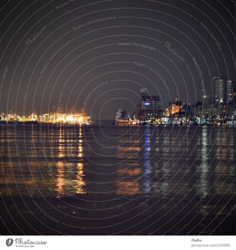 Hamburger Hafen Wasser Stadt Haus schwarz dunkel grau Wellen Beleuchtung Hochhaus Verkehr Fluss Güterverkehr & Logistik Schifffahrt Stadtzentrum