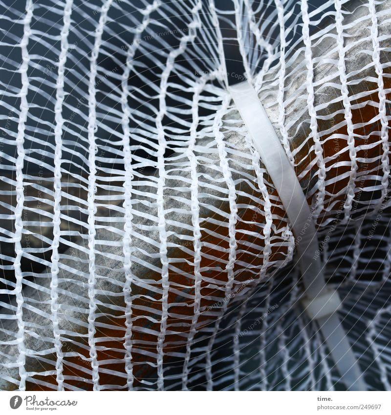 Vorsichtsmaßnahme Netz Eisenstangen Baugerüst Verbindung Befestigung gebunden Verschluss Kabelbinder Kunststoff diagonal aufsteigen Baustelle Installationen