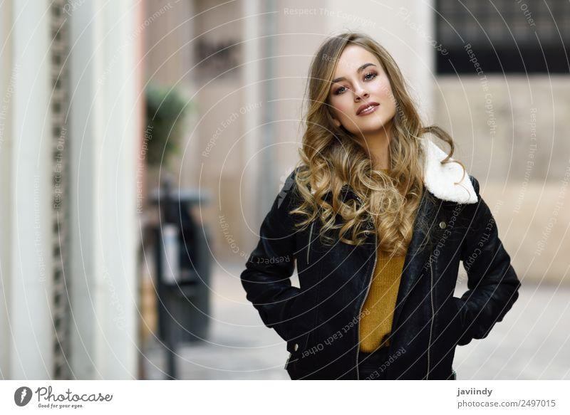Blonde russische Frau im urbanen Hintergrund Lifestyle Stil schön Haare & Frisuren Gesicht Winter Mensch feminin Junge Frau Jugendliche Erwachsene 1 18-30 Jahre