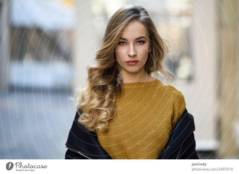 Blonde russische Frau im urbanen Hintergrund Stil schön Haare & Frisuren Mensch feminin Junge Frau Jugendliche Erwachsene 1 18-30 Jahre Straße Mode Rock