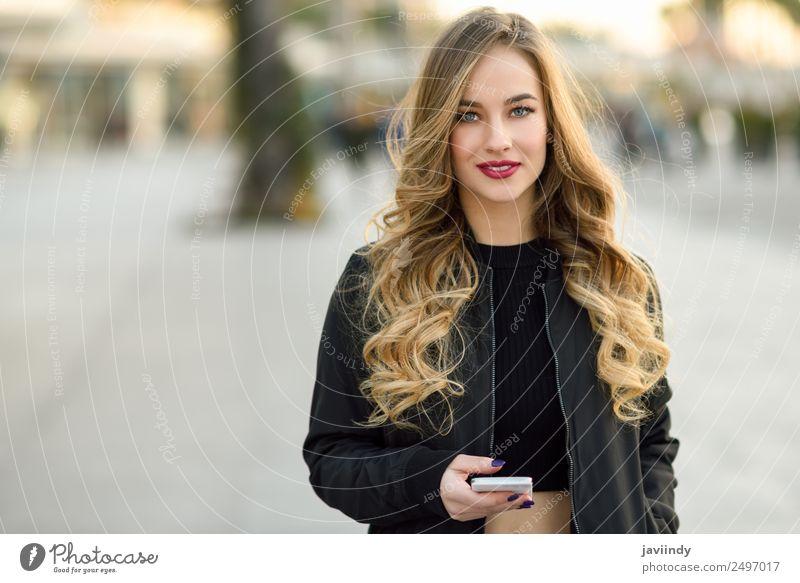Blonde russische Frau im urbanen Hintergrund Lifestyle Stil schön Haare & Frisuren Telefon Mensch feminin Junge Frau Jugendliche Erwachsene 1 18-30 Jahre Herbst