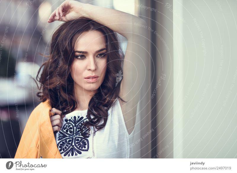 Nahaufnahme des Porträts einer jungen brünetten Frau Lifestyle Stil Glück schön Haare & Frisuren Gesicht Mensch feminin Junge Frau Jugendliche Erwachsene 1
