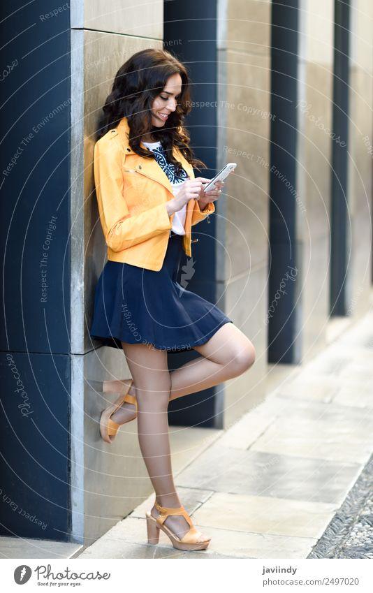 Frau Mensch Jugendliche Junge Frau schön 18-30 Jahre Straße Erwachsene Lifestyle gelb Herbst feminin Stil Glück Mode modern