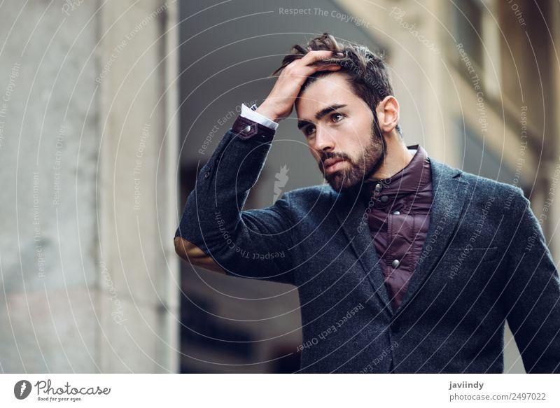 Ein Kerl mit Bart und moderner Frisur, der sein Haar berührt. Lifestyle elegant Stil schön Haare & Frisuren Mensch maskulin Junger Mann Jugendliche Erwachsene 1