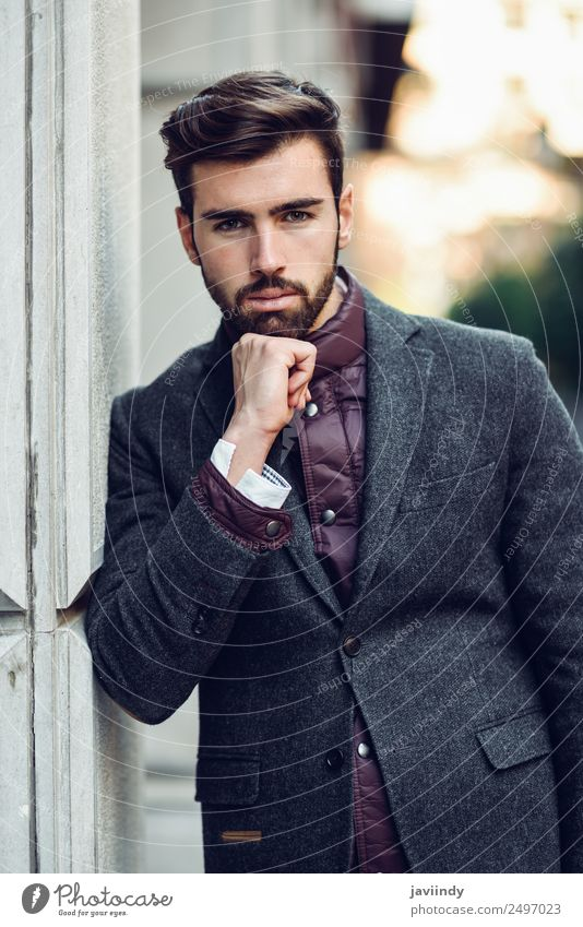 Ein Typ mit Bart und moderner Frisur auf der Straße. Lifestyle elegant Stil schön Haare & Frisuren Mensch maskulin Junger Mann Jugendliche Erwachsene 1