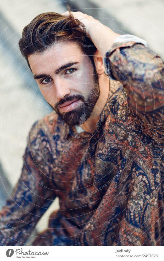 Typ mit Bart und moderner Frisur im urbanen Hintergrund. Lifestyle Stil schön Haare & Frisuren Mensch maskulin Junger Mann Jugendliche Erwachsene 1 18-30 Jahre