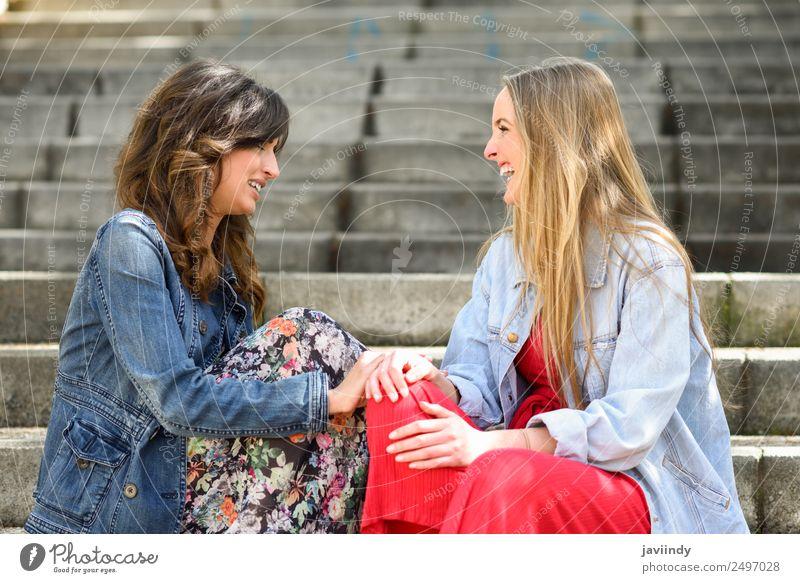 Frau Mensch Jugendliche Junge Frau schön weiß Freude 18-30 Jahre Straße Erwachsene Lifestyle sprechen Gefühle feminin lachen Stil