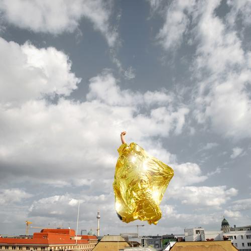 goldener reiter Mensch Himmel Stadt Wolken Leben springen Gold maskulin Erfolg verrückt planen Dach niedlich Beratung Skyline aufwärts