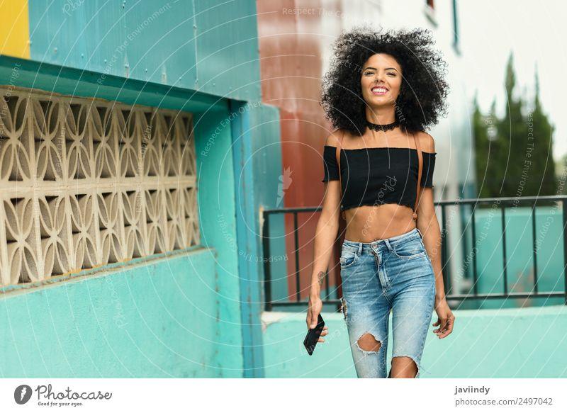 Junge schwarze Frau mit Afrohaar, die draußen spazieren geht. Lifestyle Stil Freude schön Haare & Frisuren Telefon Mensch feminin Junge Frau Jugendliche