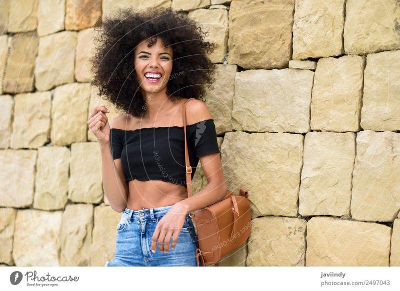 Fröhliche gemischte Frau mit Afrohaar, die draußen lacht. Lifestyle Stil Freude Haare & Frisuren Mensch feminin Junge Frau Jugendliche Erwachsene 1 18-30 Jahre