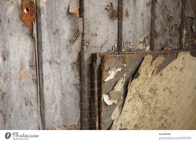 ecke. alt grau Holz dreckig Armut kaputt trist Wandel & Veränderung Vergänglichkeit verfallen Vergangenheit Verfall Zerstörung Umweltverschmutzung Lack abblättern