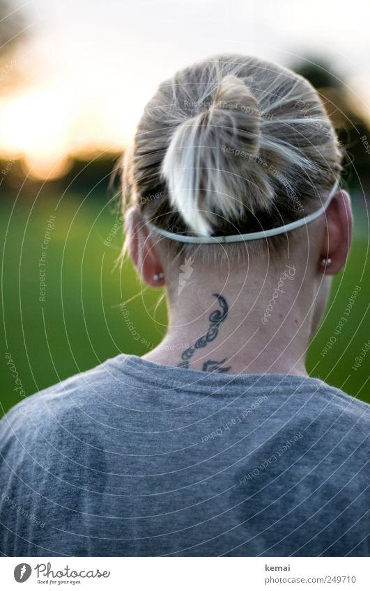 Sportfrisur Mensch Jugendliche grün Erwachsene Leben grau Kopf Haare & Frisuren hell blond Rücken stehen 18-30 Jahre T-Shirt Ohr Junge Frau