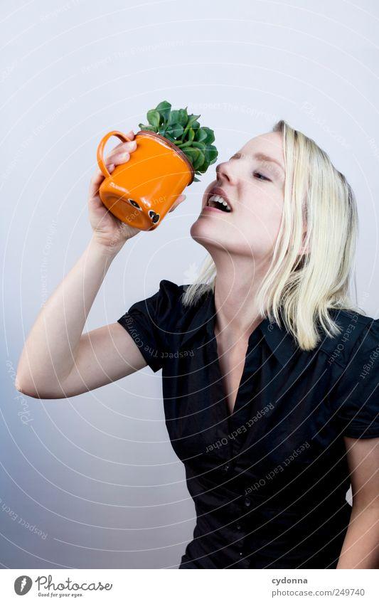 Belebend! Mensch Jugendliche Erwachsene Leben Freiheit Gesundheit Design Studium Getränk Lifestyle 18-30 Jahre einzigartig Junge Frau trinken Bildung Wellness