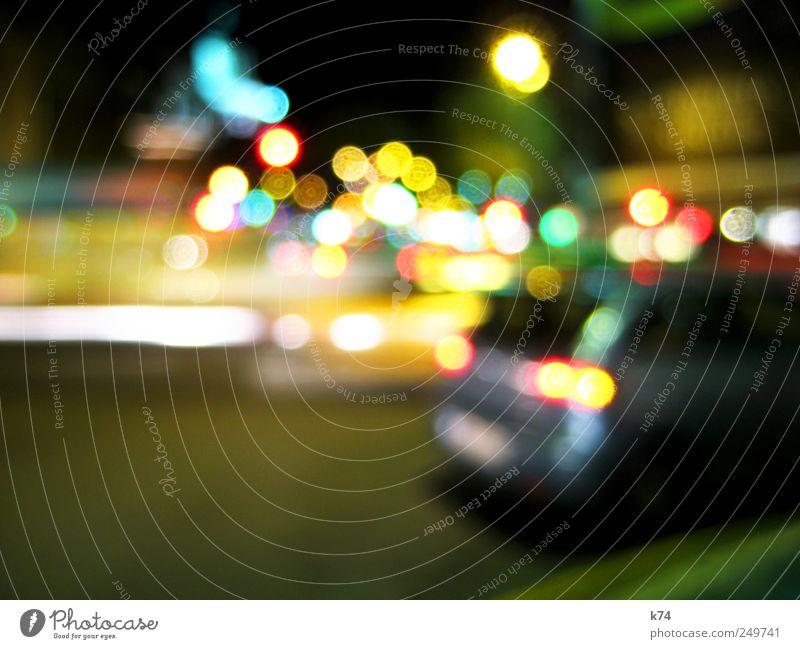 citylights Stadt Stadtzentrum Menschenleer Verkehr Verkehrswege Straßenverkehr Autofahren Ampel Fahrzeug PKW leuchten Farbfoto mehrfarbig Außenaufnahme Nacht