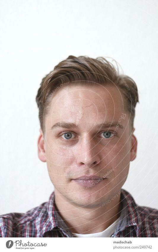 Portrait junger Mann Blickkontakt Mensch maskulin Junger Mann Jugendliche Erwachsene Leben Kopf Gesicht 1 18-30 Jahre blond Kraft Willensstärke diszipliniert
