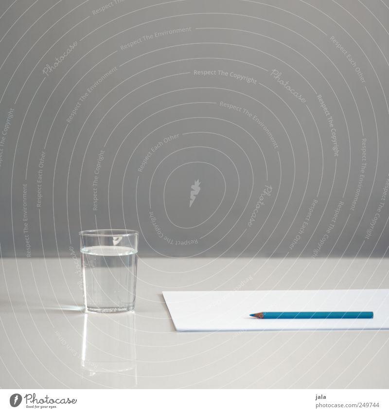 am anfang... Getränk Erfrischungsgetränk Trinkwasser Glas Papier Tisch Schreibstift blau grau weiß Ordnungsliebe Reinheit Hemmung Angst Nervosität Beginn