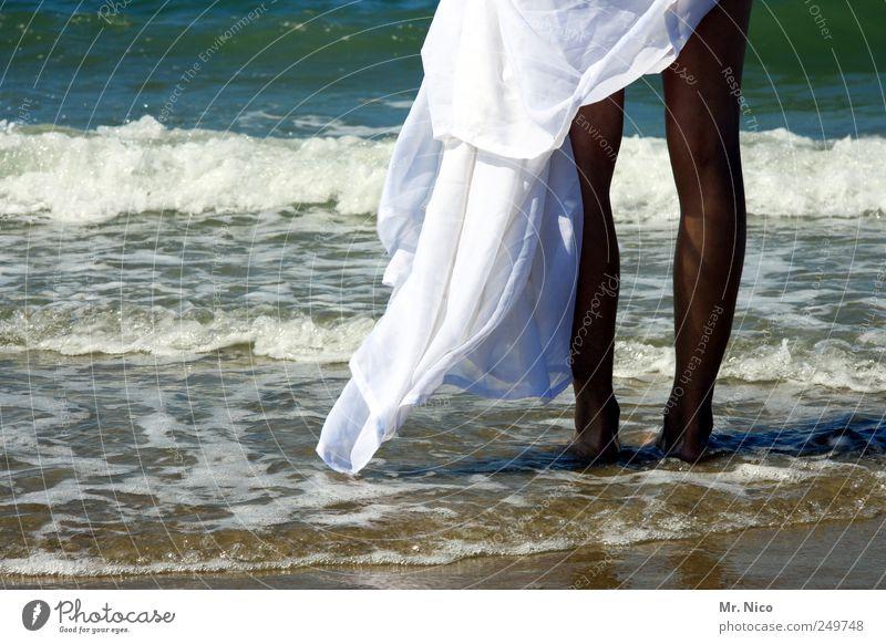 zu heiß Natur Jugendliche weiß Sommer Ferien & Urlaub & Reisen Strand Meer feminin Glück Beine Wellen Haut Wind warten Insel Klima