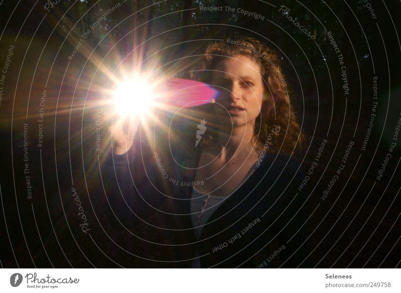 strahlend Mensch Frau Sommer Erwachsene Gesicht feminin Haare & Frisuren Kopf glänzend leuchten Locken blenden Sonnenstrahlen Porträt