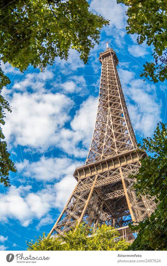 Eiffelturm in grünen Bäumen am blauen Himmel Ferien & Urlaub & Reisen Tourismus Sightseeing Sommer Garten Kultur Natur Park Gebäude Architektur Denkmal Metall