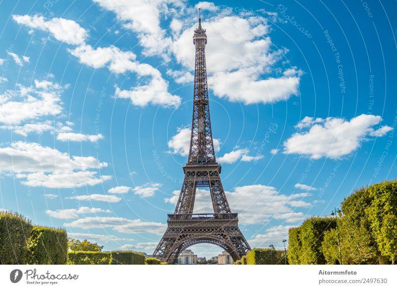 Eiffelturm im Sommer am blauen Himmel Ferien & Urlaub & Reisen Tourismus Sightseeing Garten Kultur Natur Landschaft Park Gebäude Architektur Denkmal Metall hell
