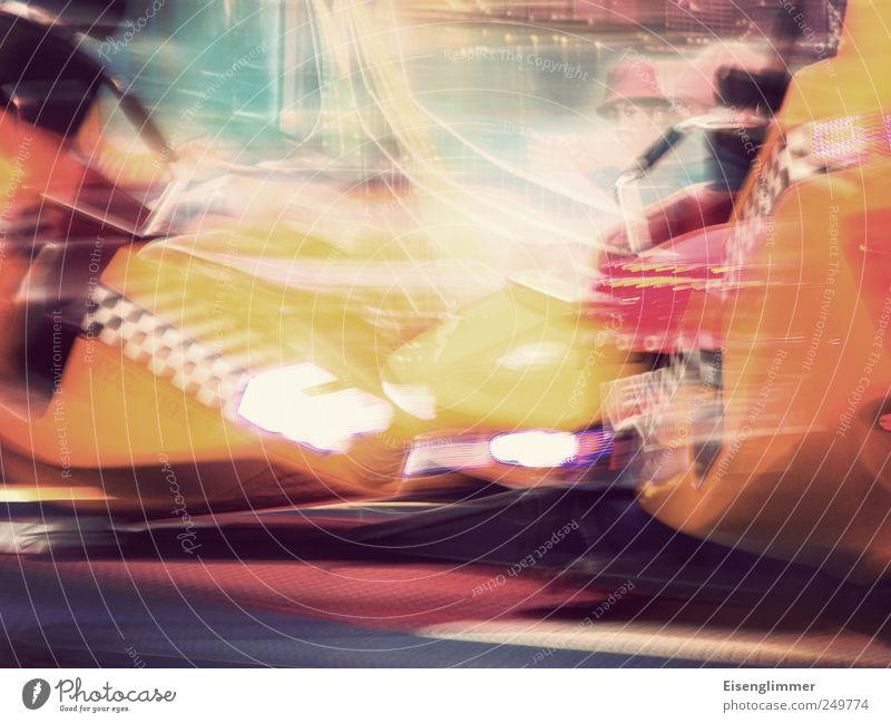 Kollisionskurs Jahrmarkt hell nah Geschwindigkeit mehrfarbig gelb beweglich Bewegung Karussell Schwung schwungvoll Lichtspiel abstrakt Langzeitbelichtung
