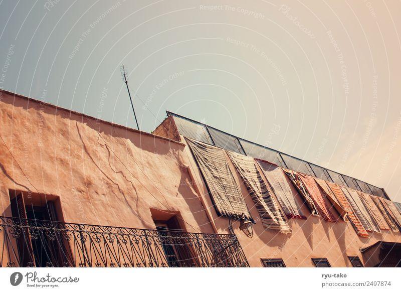 Da wohnt Aladin Marrakesch Marokko Stadt Altstadt Haus Riad Balkon Fenster Tür Dach alt ästhetisch schön trocken Wärme Teppich Naher und Mittlerer Osten