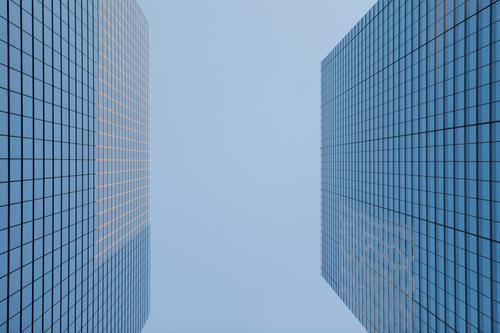 #A# Macht nix Architektur Gebäude Business Kunst Fassade 2 Glas groß Geld Geldinstitut Bankgebäude Konkurrenz Kapitalwirtschaft Krise Glasfassade gegenüber