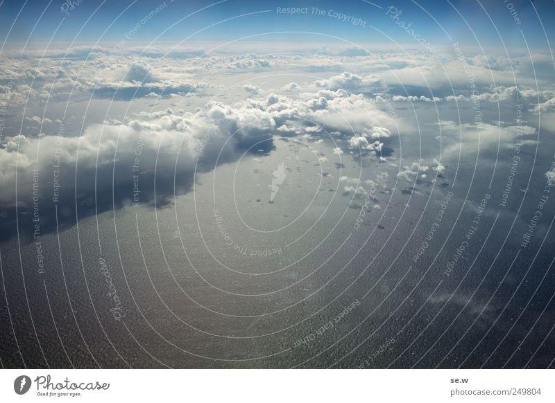 Über den Wolken Himmel blau Sommer Meer Horizont Wetter glänzend fliegen Luftverkehr Urelemente Schönes Wetter Wolkenloser Himmel gigantisch Klischee Atlantik
