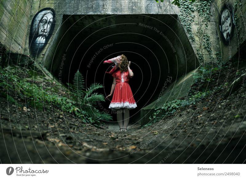 hello again Frau Mensch dunkel Erwachsene Architektur Graffiti feminin Kleid Maske Karneval gruselig Straßenkunst Karnevalskostüm Tunnel Halloween Monster