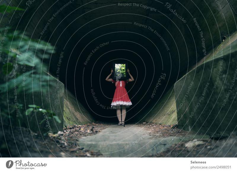 Spiegelbild Mensch feminin Frau Erwachsene 1 Tunnel Bauwerk Architektur Kleid gruselig Beton Farbfoto Außenaufnahme Reflexion & Spiegelung
