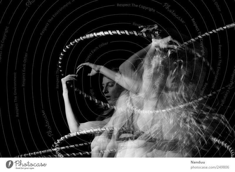 momentum Mensch feminin 1 18-30 Jahre Jugendliche Erwachsene Tanzen Hula Hoop Reifen häufig Doppelbelichtung Dynamik Schwung schwungvoll Stroboskop