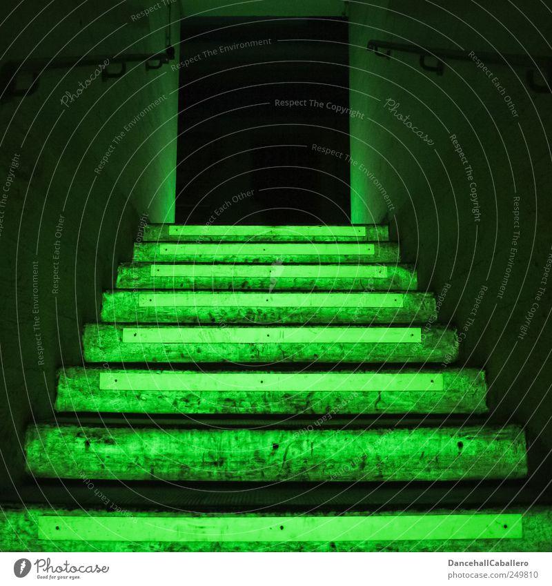 Notausgang grün schwarz dunkel Architektur Gebäude Angst Treppe Energiewirtschaft Kraft leuchten bedrohlich gruselig Todesangst Treppengeländer aufwärts
