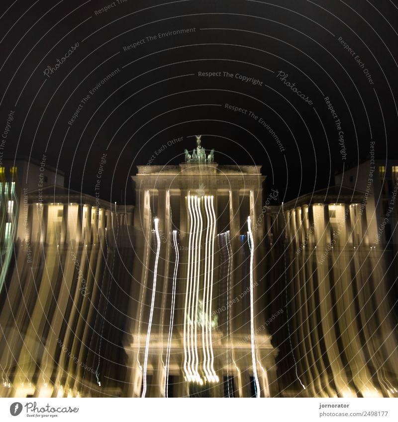 Brandenburger Tor - politischer Abrutsch? Tourismus Ausflug Sightseeing Städtereise Stadt Hauptstadt Stadtzentrum Menschenleer Bauwerk Architektur entdecken