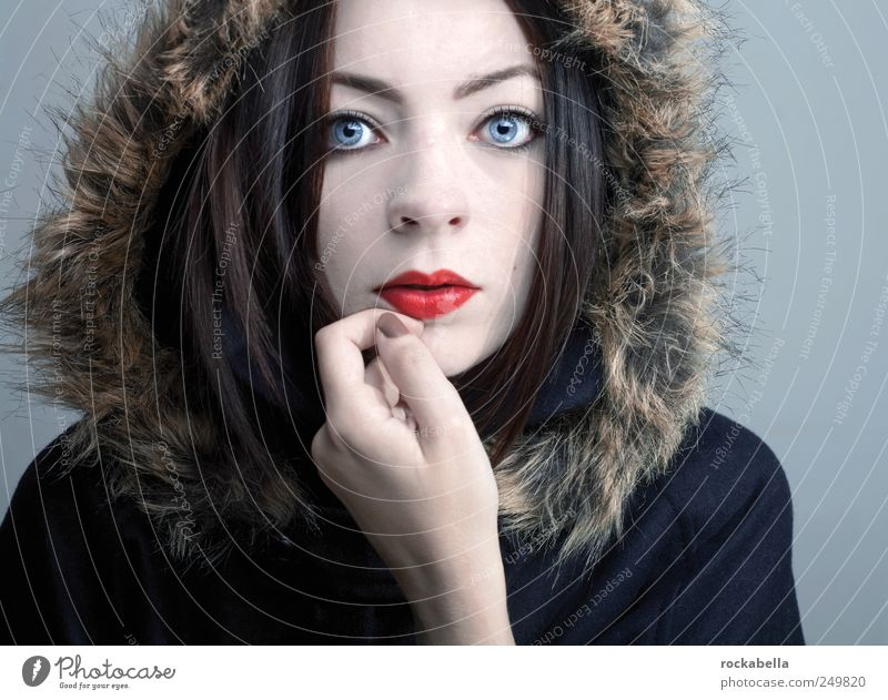 schnee. feminin Junge Frau Jugendliche Erwachsene 1 Mensch 18-30 Jahre Mode Bekleidung Jacke Mantel Fell schwarzhaarig brünett ästhetisch elegant einzigartig