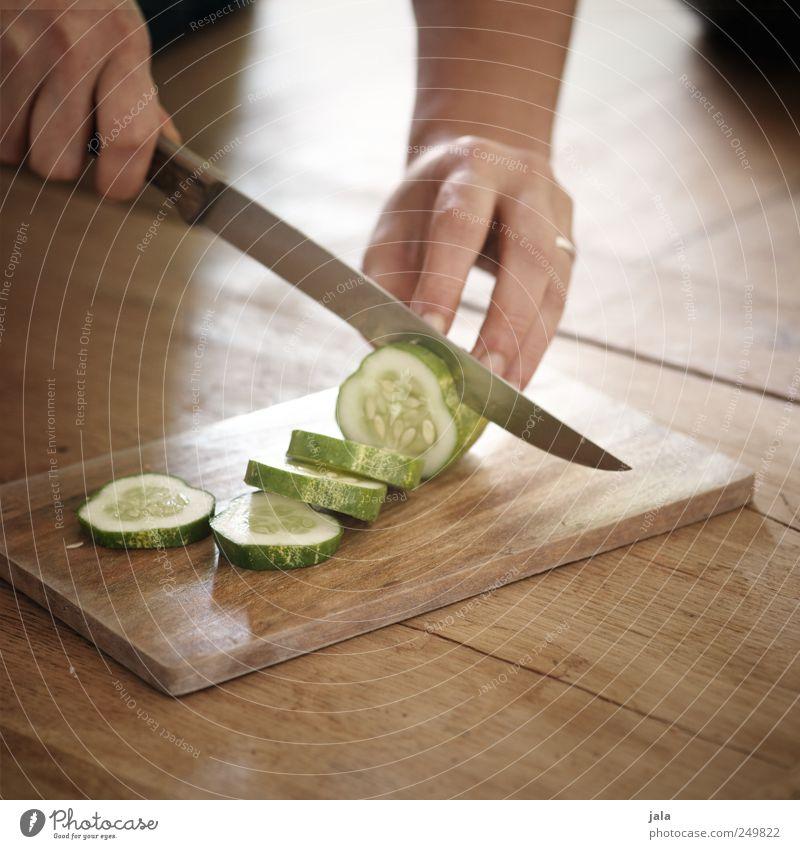 zubereitung Lebensmittel Gemüse Gurke Gurkenscheibe Bioprodukte Vegetarische Ernährung Mensch Hand Finger Arbeit & Erwerbstätigkeit Messer Schneidebrett