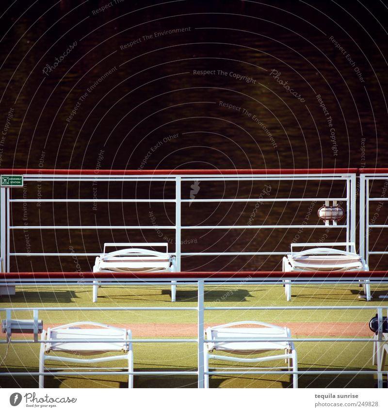Herbstdeck Wasser Sommer Küste Flussufer Schifffahrt Kreuzfahrt Bootsfahrt Passagierschiff Kreuzfahrtschiff Wasserfahrzeug Hafen Geländer Liege Liegestuhl braun