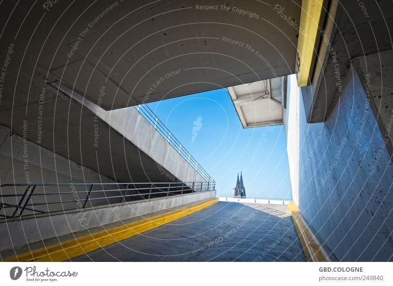 Wohnung mit Dom-Blick zu vermieten! Himmel blau Stadt Ferne gelb grau Architektur Gebäude hell Beton groß Tourismus Kirche außergewöhnlich fest